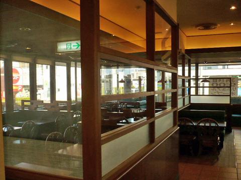 分煙化された後は禁煙席と喫煙席の間に敷居が設けられている-2.jpg